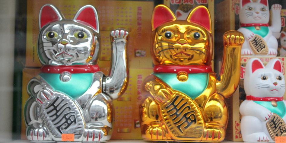 Winkekatze Bedeutung plastikkatzen in schaufenstern winke winke der katzenmafia