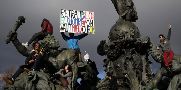 Protestler klettern auf Statuen am Platz der Nation in Paris