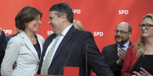 Sigmar Gabriel hält Malu Dreyer in Arm