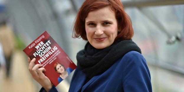 Katja Kipping hält ihr neues Buch hoch