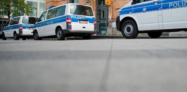 Drei Polizeiautos stehen vor der Wache in Hannover