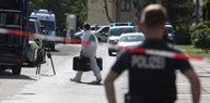 Polizisten am Fundort der Leiche