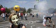 "Eine Person mit ""Guy Fawkes""-Maske vor der Demonstration am Place de la Bastille"