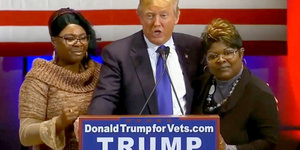 Donald Trump mit den Videobloggerinnen Diamond and Silk auf einem Podium