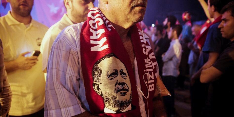 mann mit einem fan schal um die schultern darauf der trkische prsident erdogan - Erdogan Lebenslauf