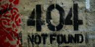 Ein Graffito an der Wand mit den Worten: 404 Not found