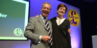 Nigel Farage und Diane James Arm in Arm in einem Studio
