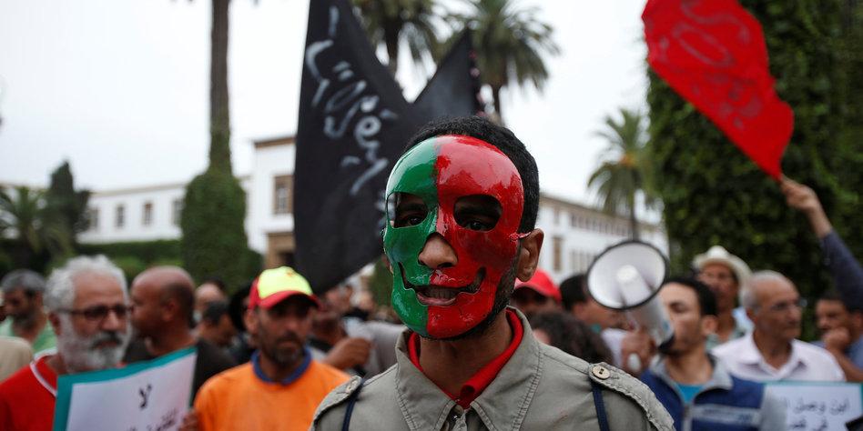 Ein Mann mit einer Maske