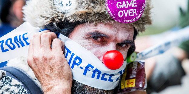 Ein Mann mit Clownsnase demonstriert gegen das Freihandelsabkommen Ceta