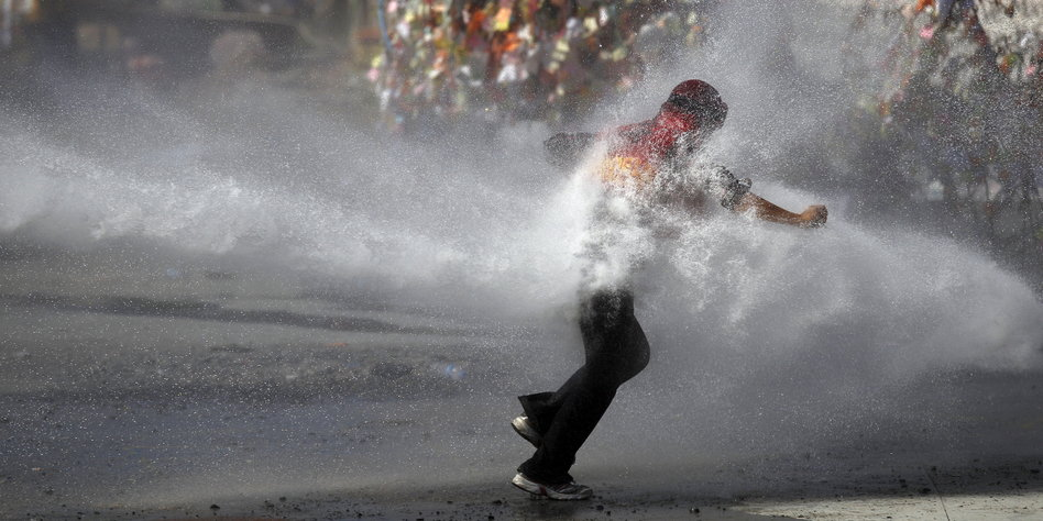 bullen schießen mann mit wasserwerfer weg