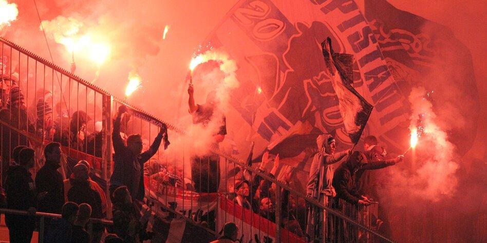 Weibliche Ultra Fans Im Fussball Frauen An Den Zaun Taz De