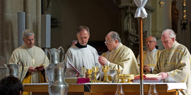 ein Platz für Frauen: katholische Priester in Erfurt Foto: dpa