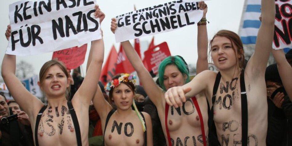 Nackte Frauen, die ihre Brüste zeigen