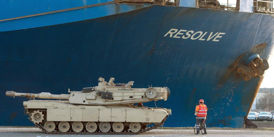 US-Militärfrachter legt in Bremerhaven an