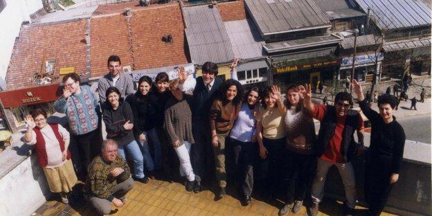 Altes Gruppenfoto des 'Agos'-Redaktionsteams auf dem Dach des Verlagsgebäudes in Istanbul