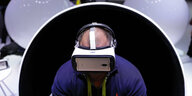 Ein Mann mit Virtual-Reality-Brille