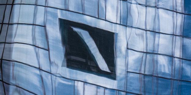 Spiegelung der Fassade der Deutschen Bank