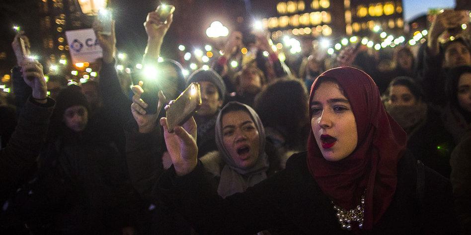 Einreisebann gegen Muslime : Nach Trump-Dekret erste Flüchtlinge auf Flughäfen