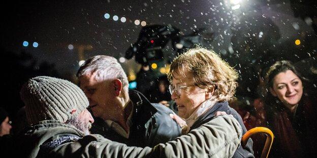 Necmiye Alpay wird von einem Mann umarmt