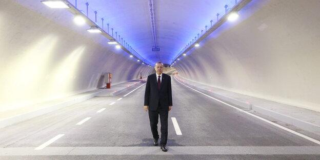 Erdoğan allein in einem Autobahntunnel