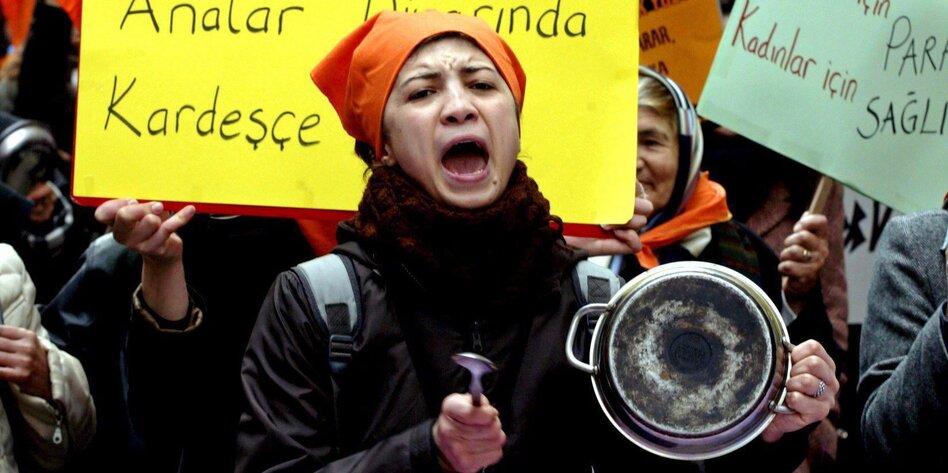 Frau protestiert mit leerem Topf in Istanbul