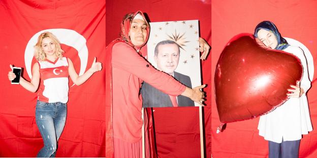 Drei Frauen posieren mit Erdoğan-Porträt und Herzluftballon vor türkischer Fahne