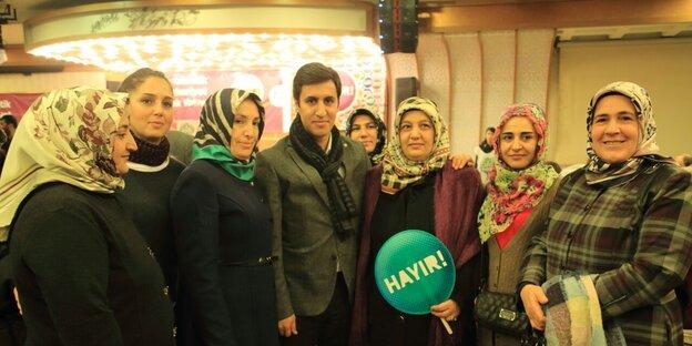 Kamuran Yüksek mit Unterstützerinnen der Nein-Kampagne