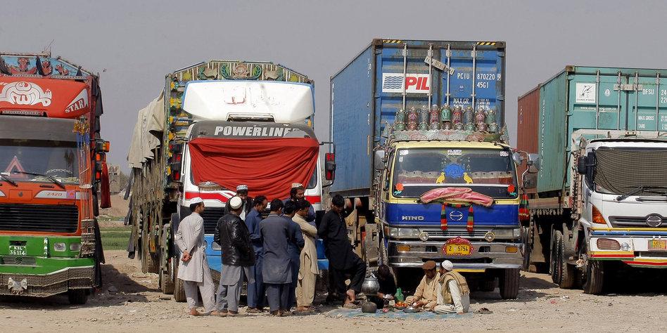 streit zwischen afghanistan und pakistan wenn die waren verderben. Black Bedroom Furniture Sets. Home Design Ideas