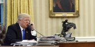 Trump, im Oval Office telefonierend