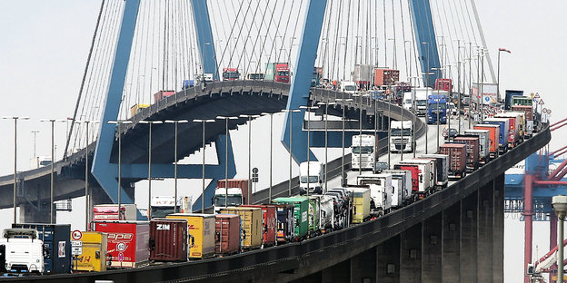 Lastwagen auf der Köhlbrandbrücke im Hamburger Hafen