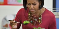 Michelle Obama isst Brokkoli