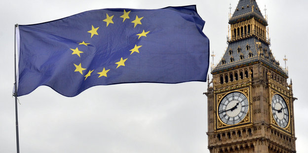 EU-Flagge weht neben dem Big Ben in London