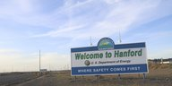 "Ein großes Schild mit der Aufschrift ""Welcome to Hanford U.S. Department of Energy. Where Safety Comes First."""