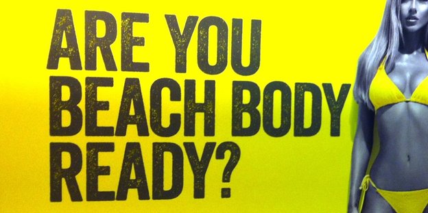 Sexistische Werbung in London. Every body is a beach body! Mit sehr dünner Frau