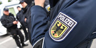 Der Arm eines Bundespolizisten in blauer Uniform