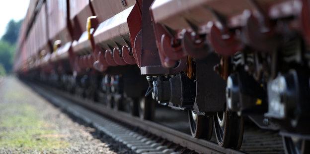 Güterwaggons auf einer Schiene