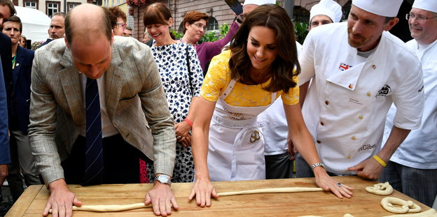 Kate und WIlliam backen Brezeln