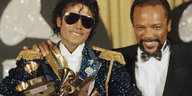 Michael Jackson und Quincy Jones mit Trophäen