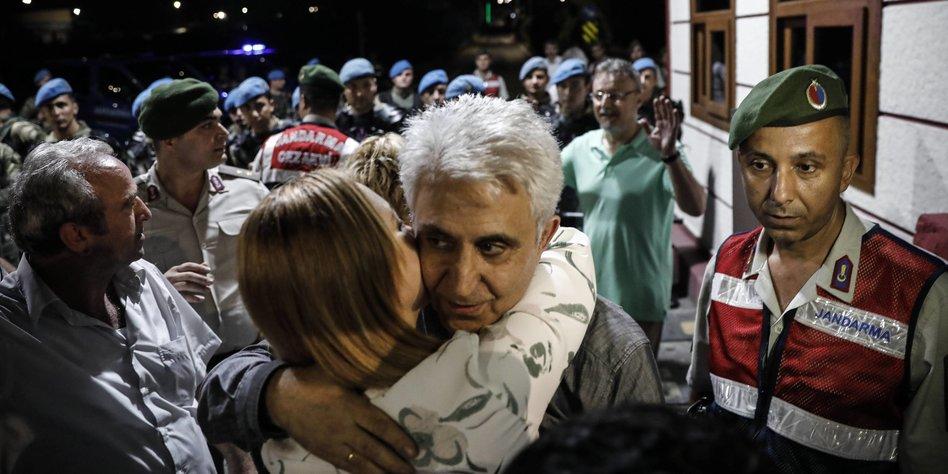 Prozess gegen cumhuriyet journalisten niemand von uns for Lampen aus es schlafen alle leute