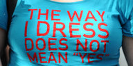 "Eine Person trägt ein T-Shirt mit dem Aufdruck ""The Way I Dress Does not Mean 'Yes'"""