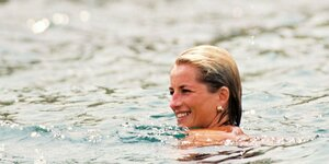 Lady Diana schwimmt im Meer.