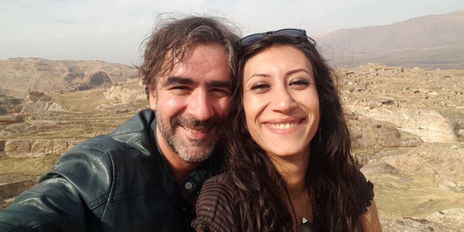 Mann und Frau vor Bergen