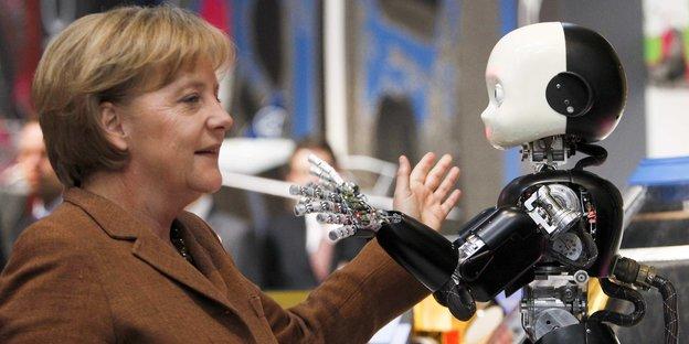 Angela Merkel und ein kinderähnlicher Roboter