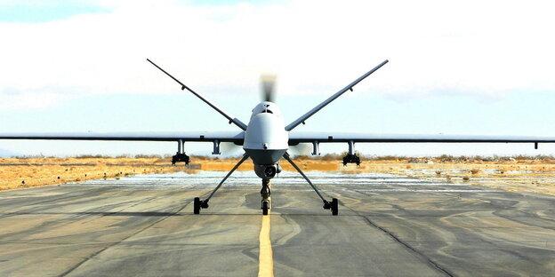 Eine Drohne auf einer Landebahn