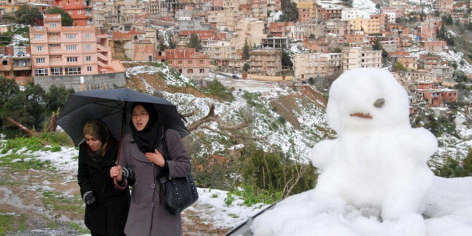 wegen schneeglätte gesperrt schild