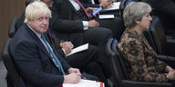 Boris Johnson und Theresa May sitzen hintereinander