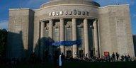 Theaterstreit in Berlin: Volksbühne besetzt