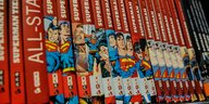 Superman-Comics in einem Regal