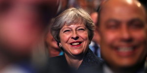 Theresa May lacht beim Parteitag der Tories