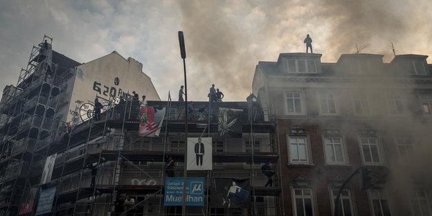 G20-Demonstranten stehen auf Hausdach